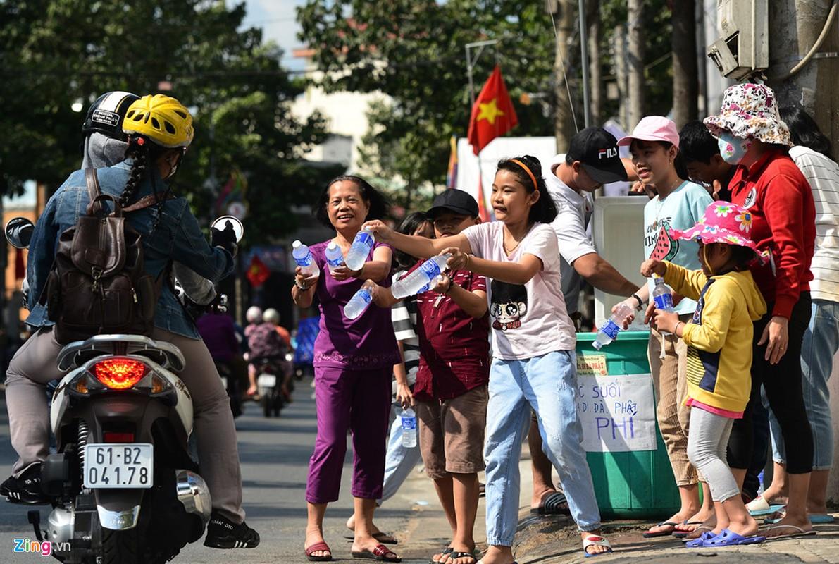 Hang nghin nguoi phat do mien phi cho khach di chua Ba Binh Duong-Hinh-14