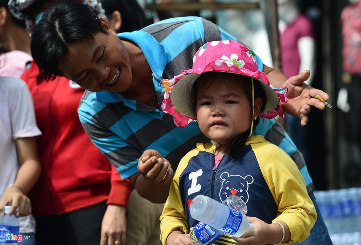 Hang nghin nguoi phat do mien phi cho khach di chua Ba Binh Duong-Hinh-15