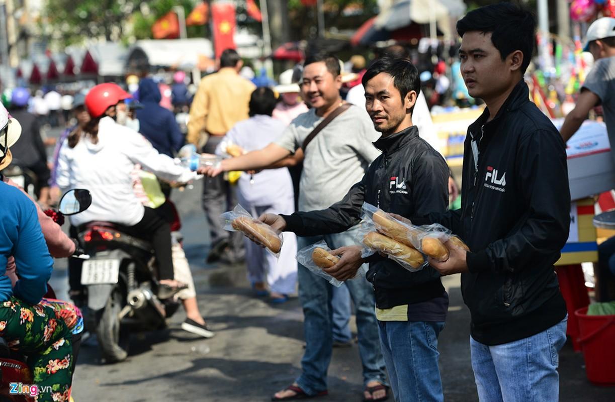Hang nghin nguoi phat do mien phi cho khach di chua Ba Binh Duong-Hinh-16