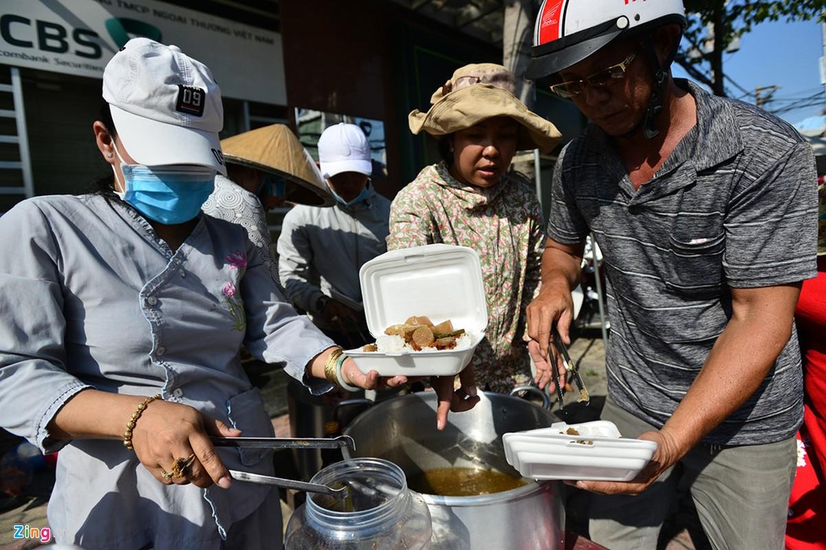 Hang nghin nguoi phat do mien phi cho khach di chua Ba Binh Duong-Hinh-7