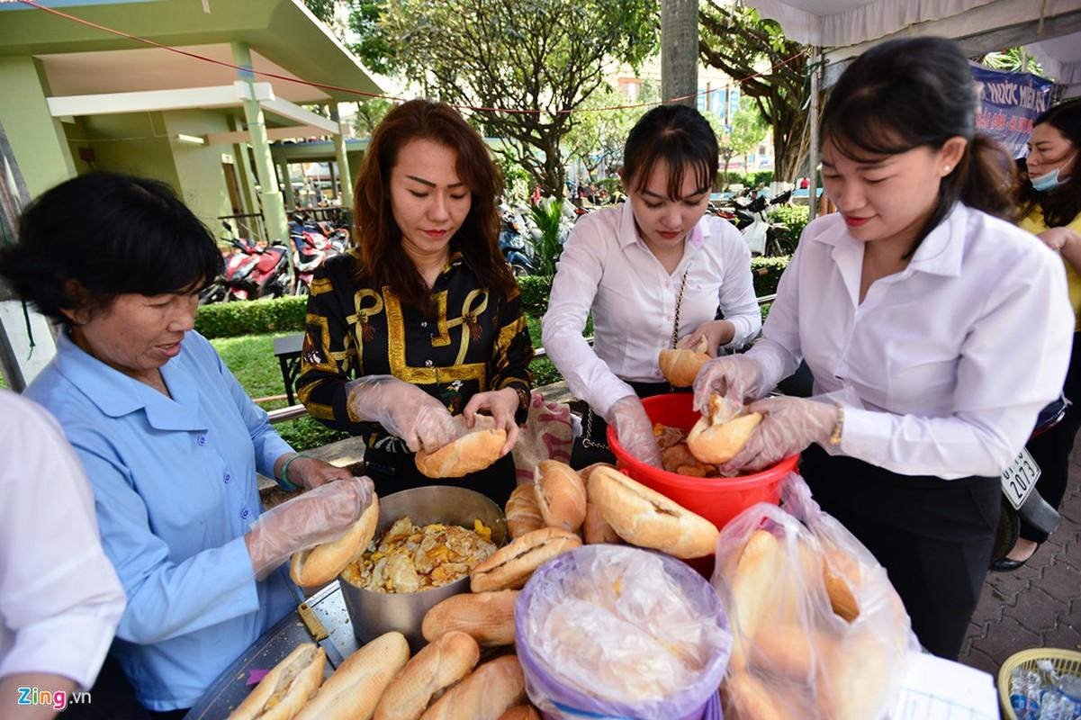 Hang nghin nguoi phat do mien phi cho khach di chua Ba Binh Duong-Hinh-8