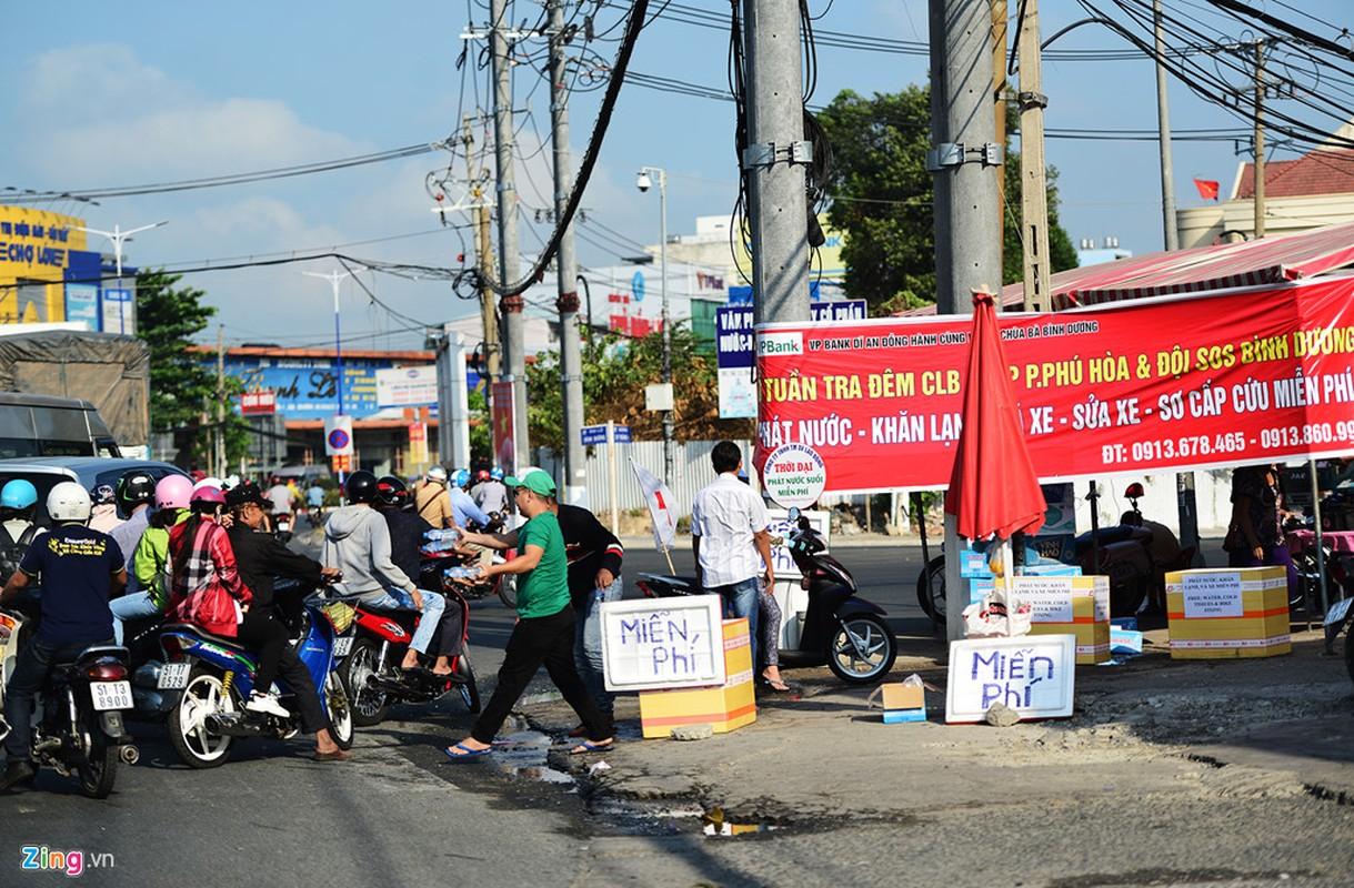 Hang nghin nguoi phat do mien phi cho khach di chua Ba Binh Duong