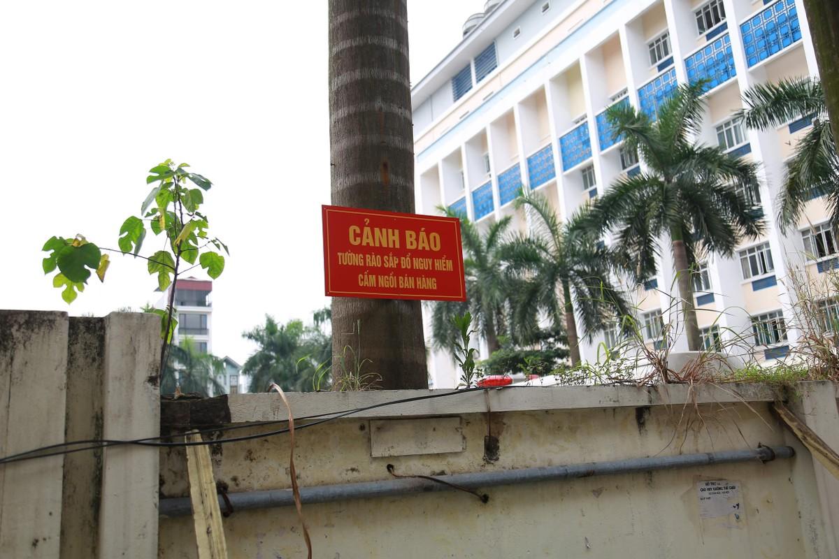 Muu sinh bat chap, nguoi dan ngoi ngay duoi buc tuong sap do-Hinh-4