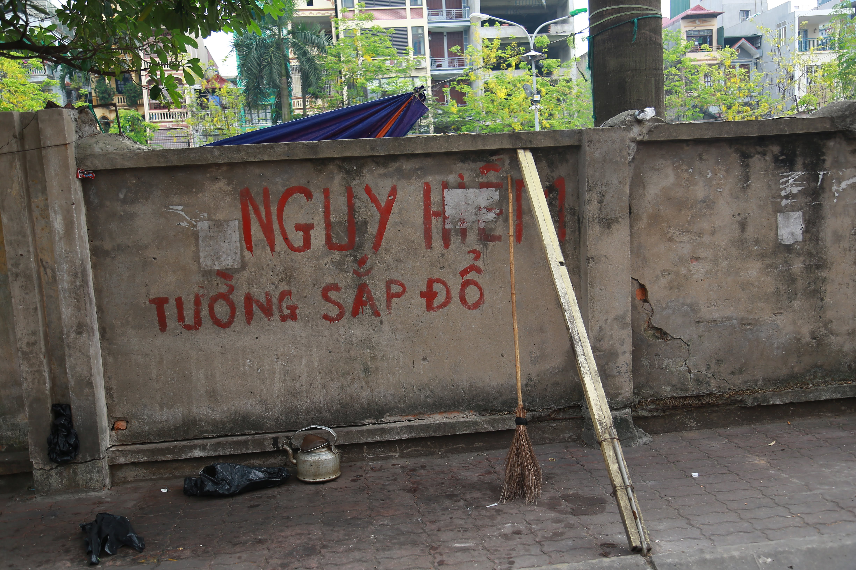 Muu sinh bat chap, nguoi dan ngoi ngay duoi buc tuong sap do-Hinh-8