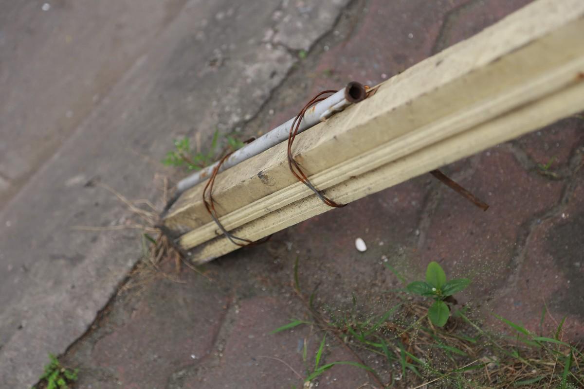 Muu sinh bat chap, nguoi dan ngoi ngay duoi buc tuong sap do-Hinh-9