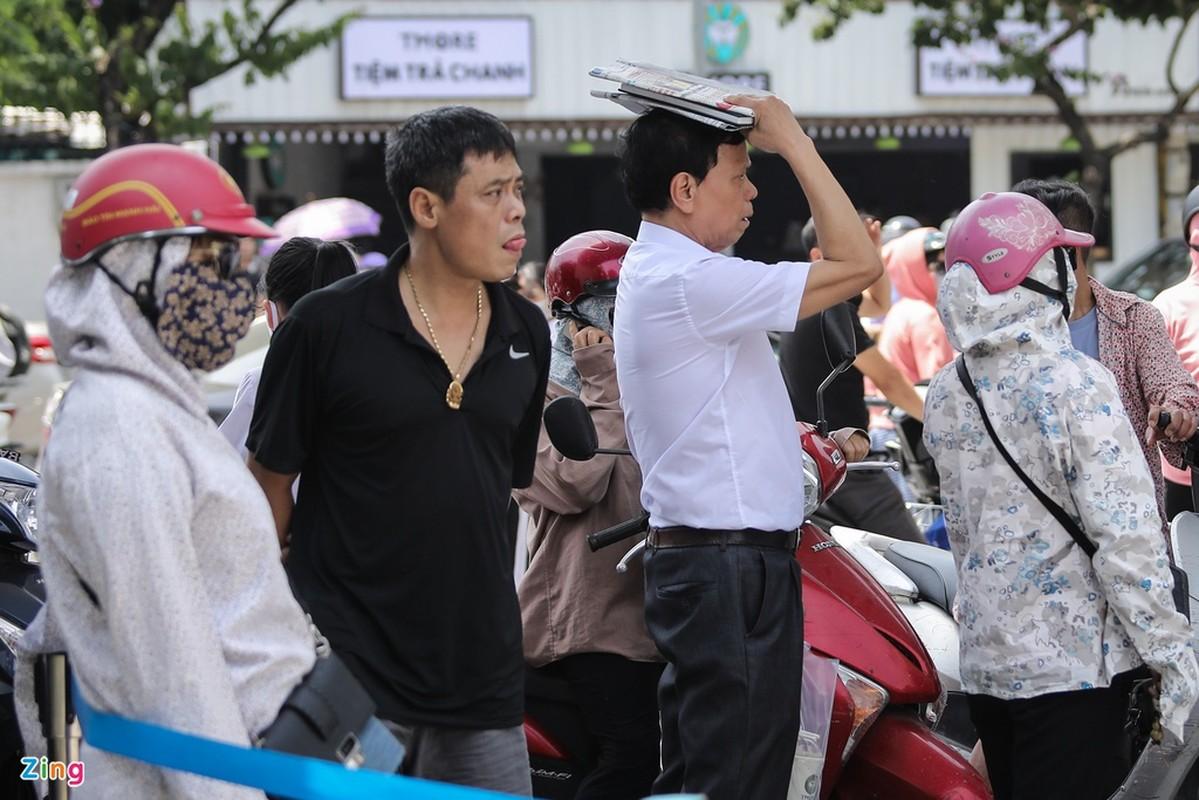 Phu huynh va mo hoi doi nang 40 do cho con truoc cong truong-Hinh-7