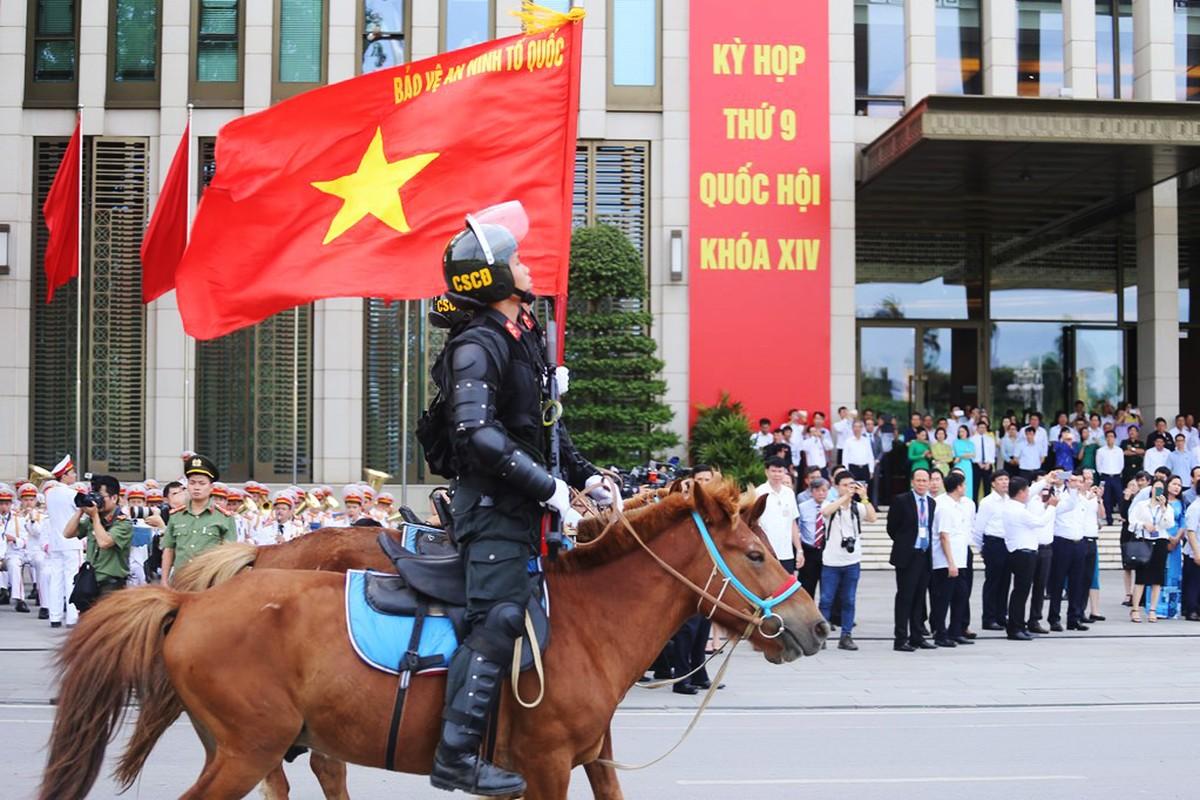 Doan canh sat co dong ky binh dieu hanh truoc quang truong Ba Dinh-Hinh-5
