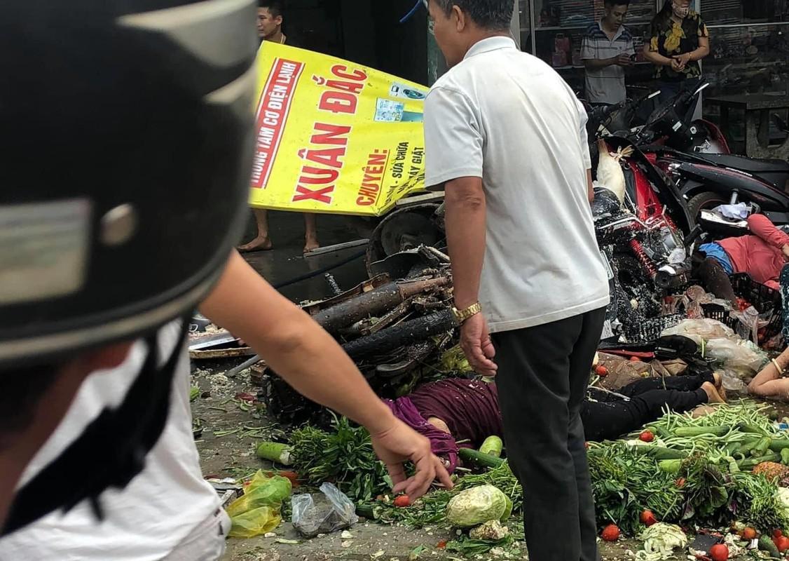 Dak Nong: Kinh hoang xe tai no lop lao vao cho, nguoi thuong vong nam la liet-Hinh-4