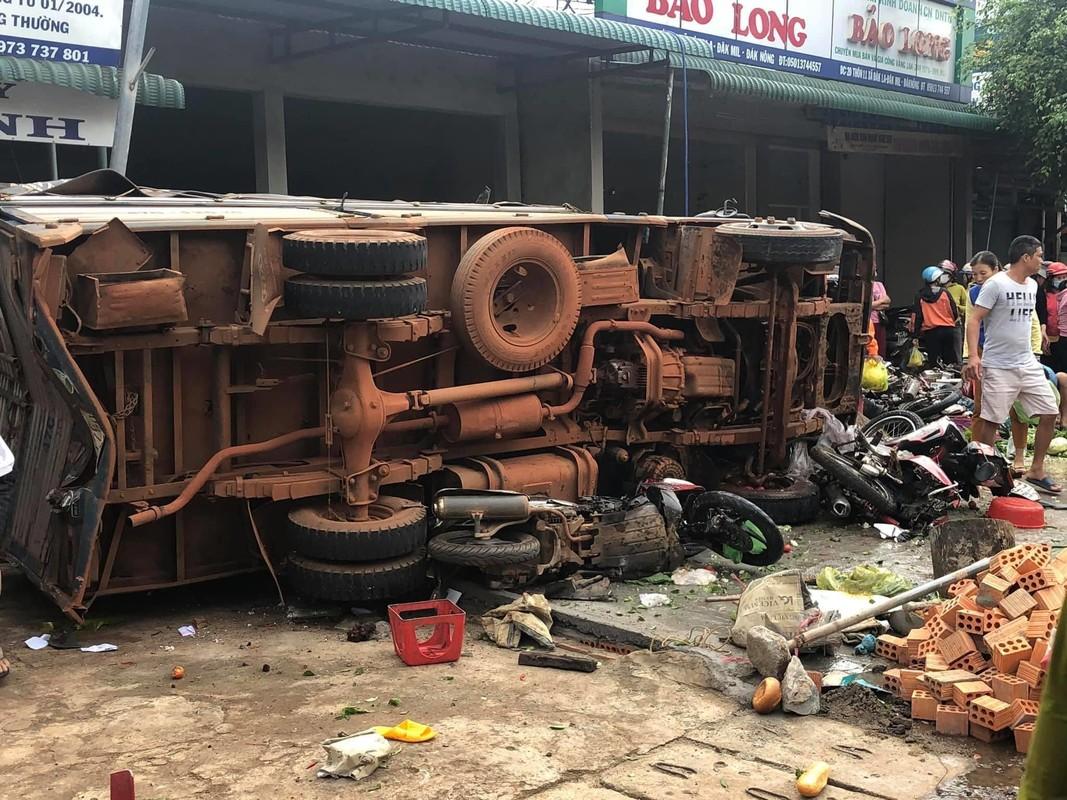 Dak Nong: Kinh hoang xe tai no lop lao vao cho, nguoi thuong vong nam la liet-Hinh-6