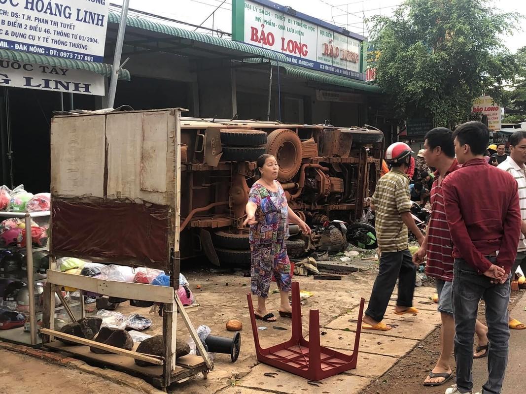 Dak Nong: Kinh hoang xe tai no lop lao vao cho, nguoi thuong vong nam la liet-Hinh-7