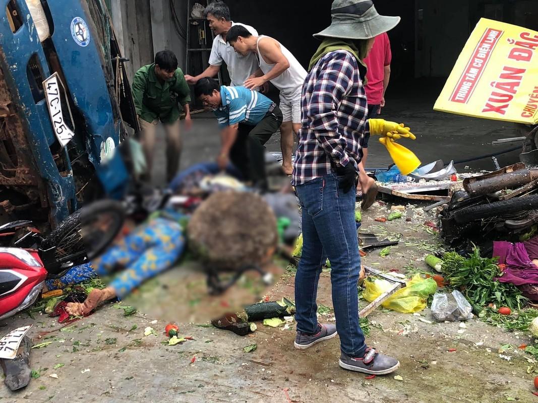 Dak Nong: Kinh hoang xe tai no lop lao vao cho, nguoi thuong vong nam la liet-Hinh-8