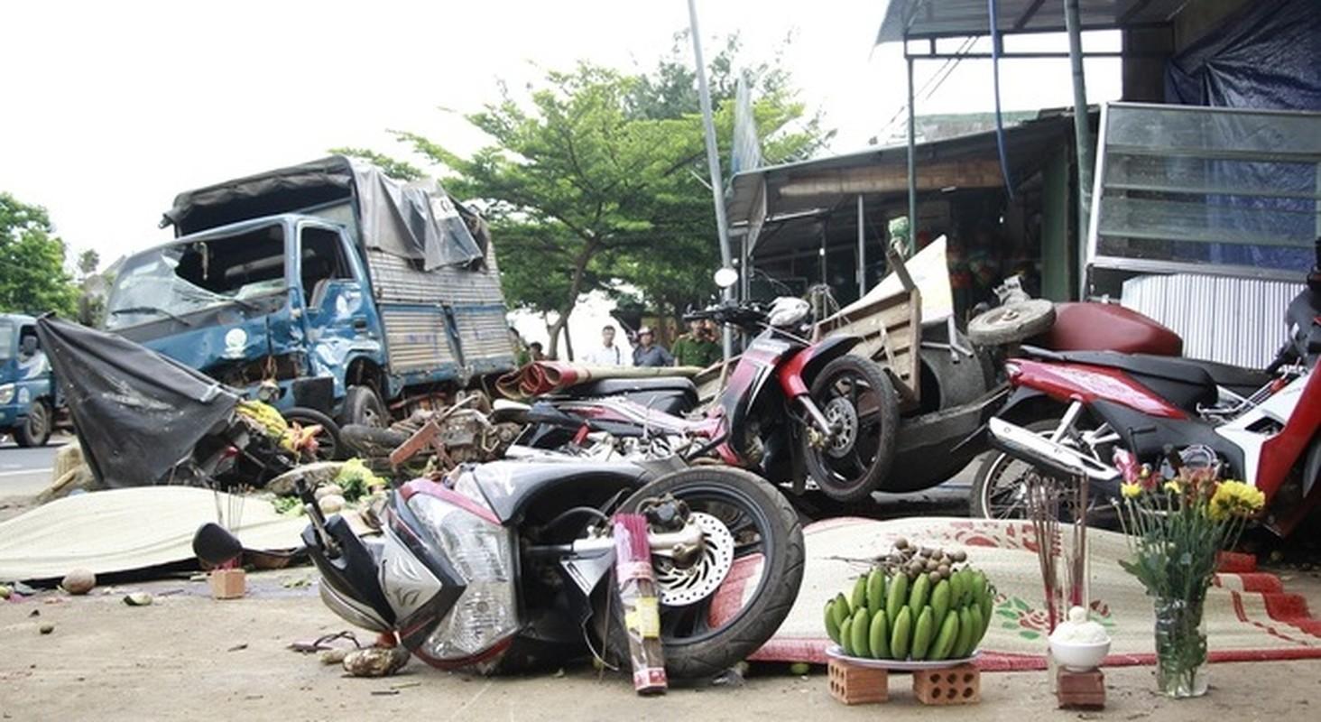 Nguyen nhan xe tai dam vao cho khien 5 nguoi tu vong-Hinh-2