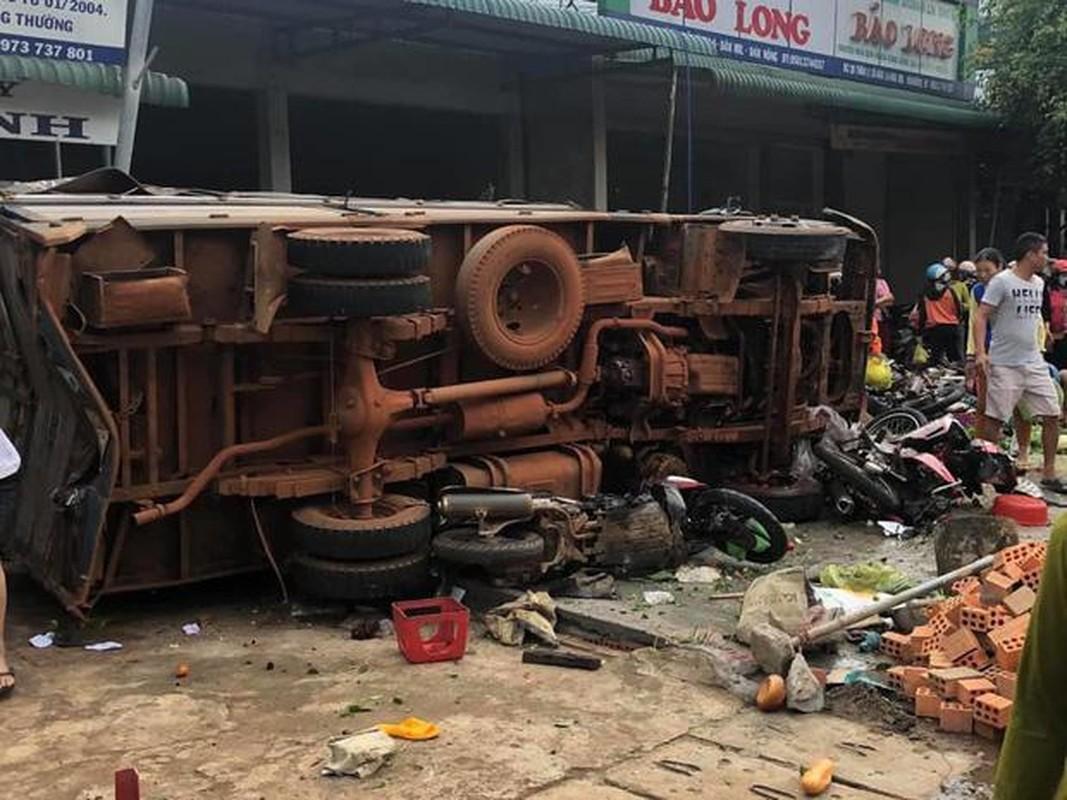 Nguyen nhan xe tai dam vao cho khien 5 nguoi tu vong-Hinh-3