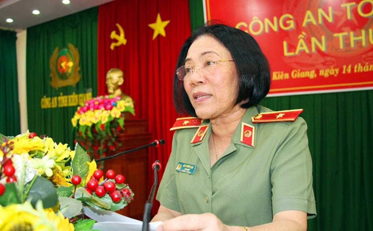 Nu Thieu tuong Cong an dau tien Bui Tuyet Minh nghi huu