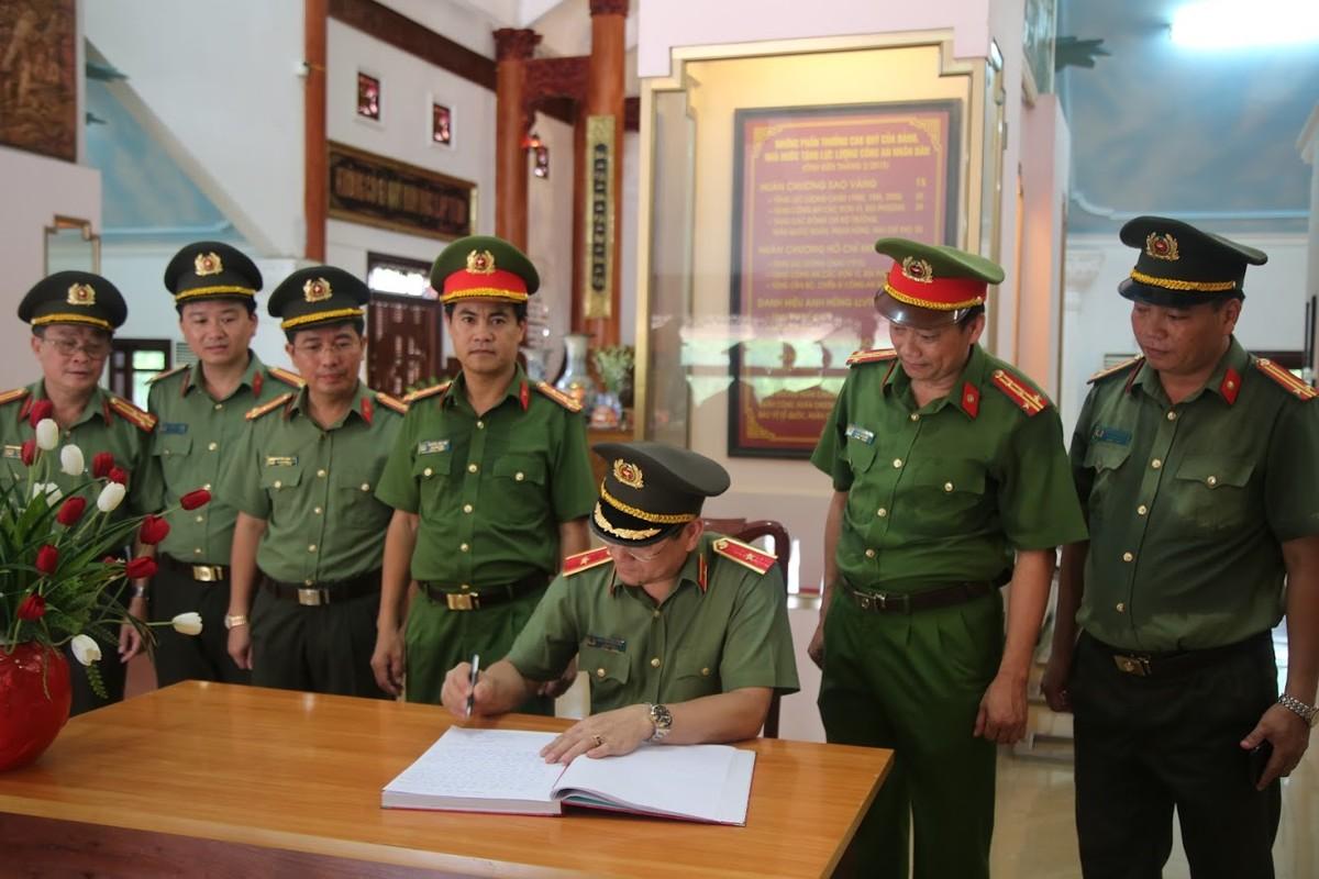 Thieu tuong Nguyen Huu Cau thoi chuc Giam doc Cong an tinh Nghe An-Hinh-5