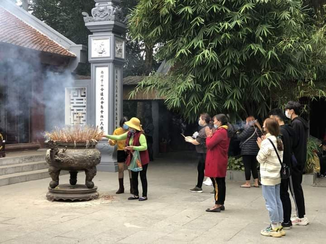Dich COVID-19, nguoi dan di le Den Hung the nao?-Hinh-4