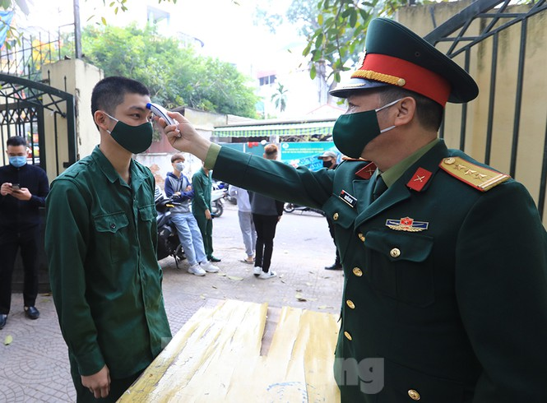 Hang tram tan binh Thu do lay mau xet nghiem SARS-CoV-2