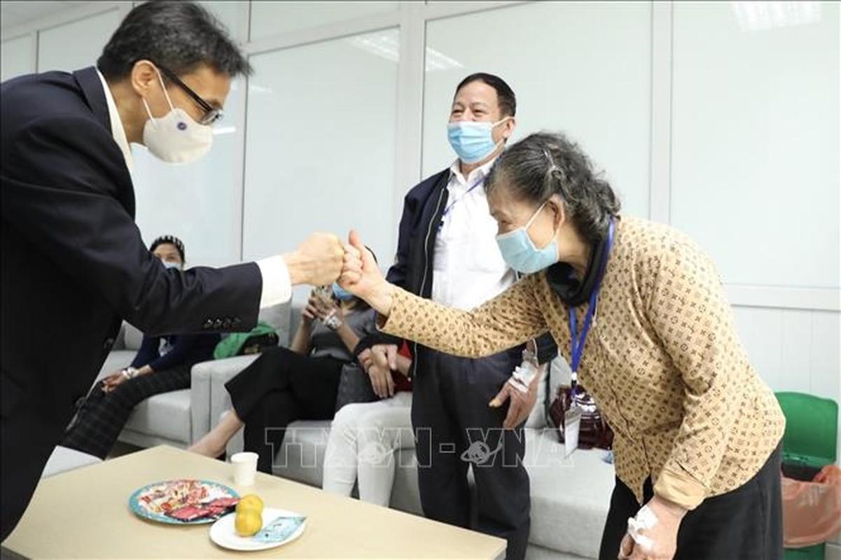 Hinh anh Pho Thu tuong Vu Duc Dam tiem thu nghiem vac-xin phong COVID-19-Hinh-3