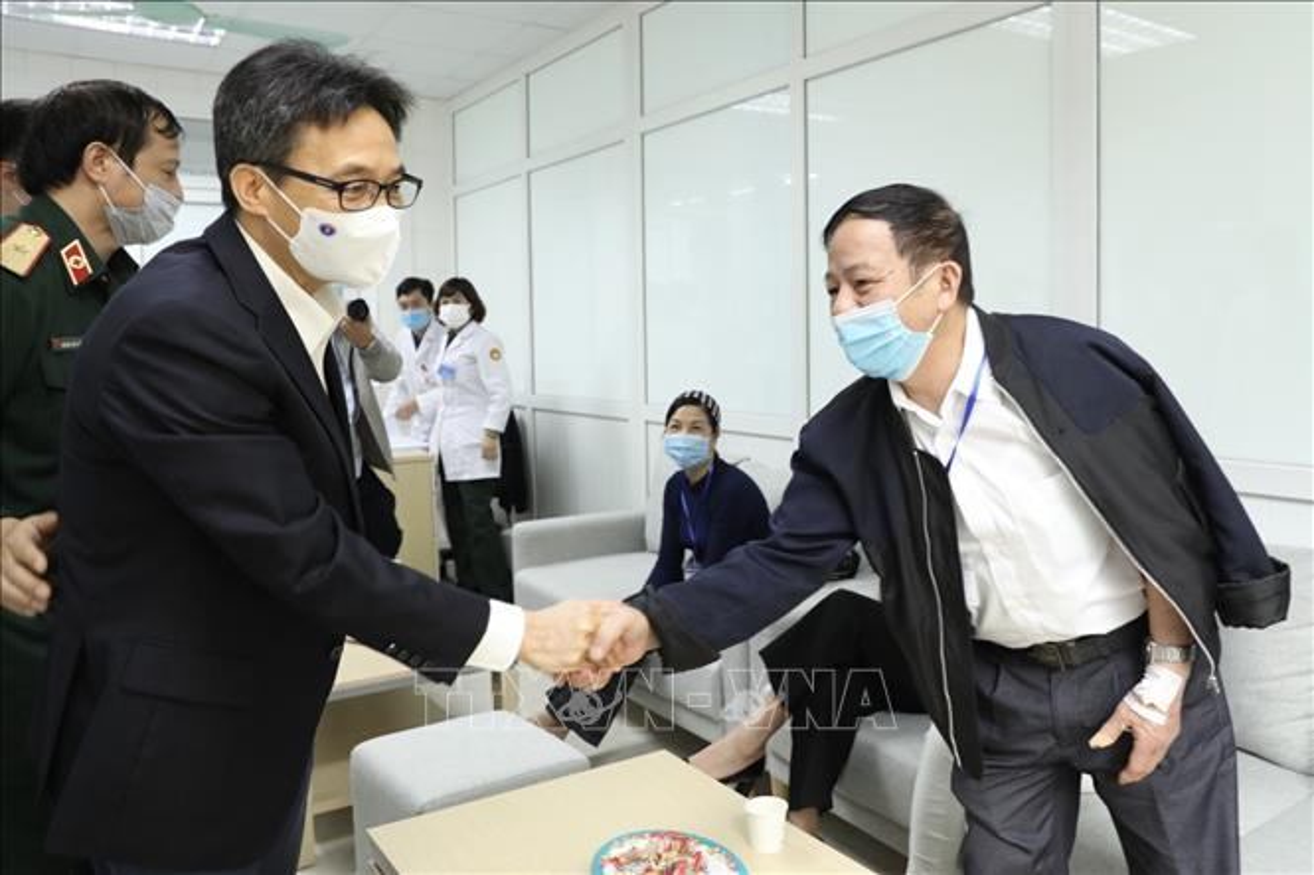 Hinh anh Pho Thu tuong Vu Duc Dam tiem thu nghiem vac-xin phong COVID-19-Hinh-4