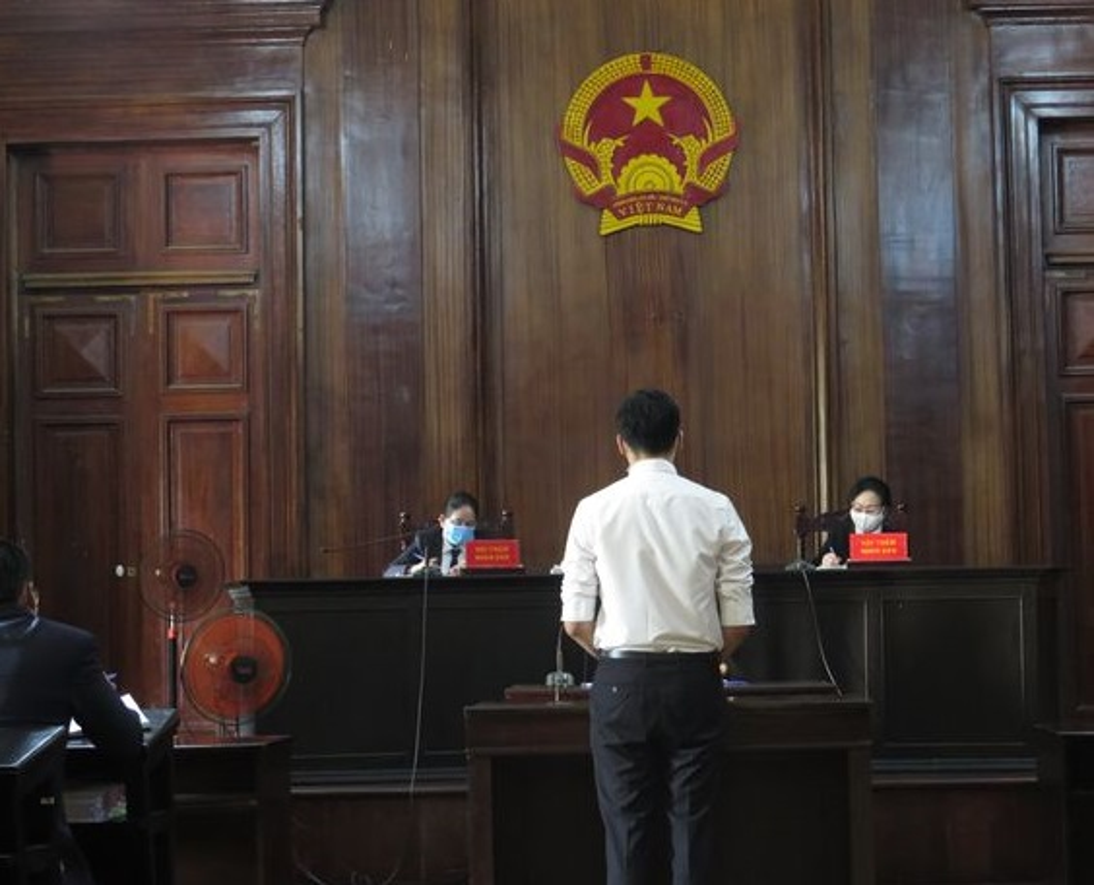 Nam tiep vien Vietnam Airlines lam lay lan COVID-19 linh 2 nam tu treo-Hinh-2