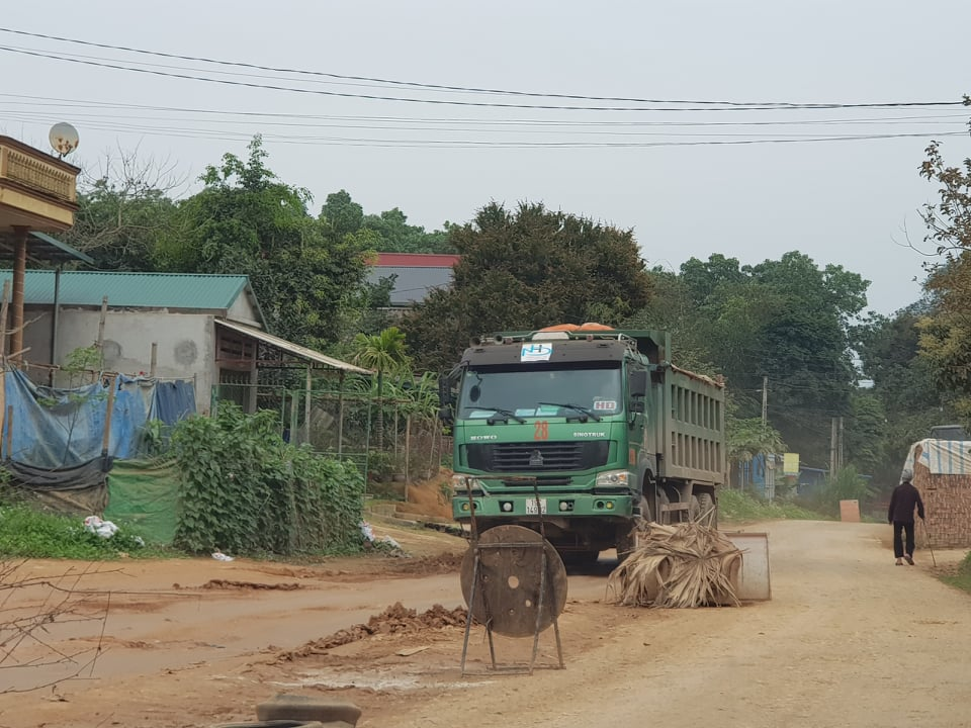 """Phu Tho: Nguoi dan """"khon kho"""" vi xe cho dat quan nat con duong-Hinh-4"""