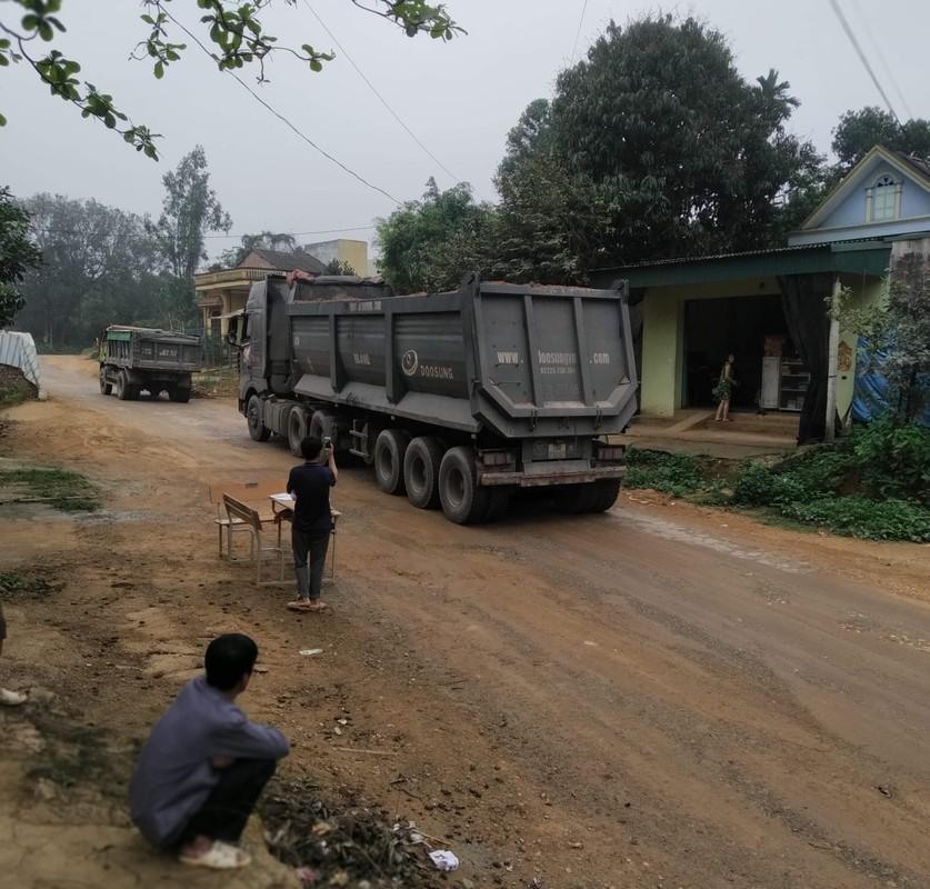 """Phu Tho: Nguoi dan """"khon kho"""" vi xe cho dat quan nat con duong-Hinh-9"""