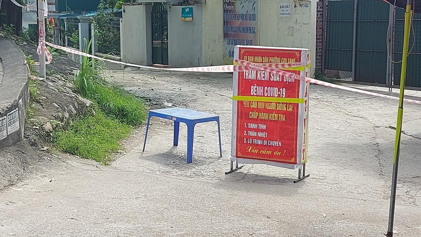 Quang Ninh: Dua nguoi nha cua benh nhan duong tinh COVID-19 di cach ly-Hinh-4