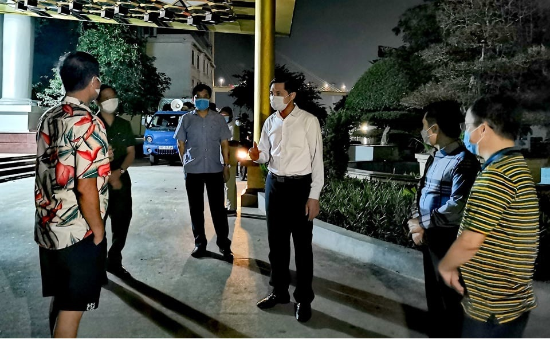 Quang Ninh: Dua nguoi nha cua benh nhan duong tinh COVID-19 di cach ly-Hinh-5