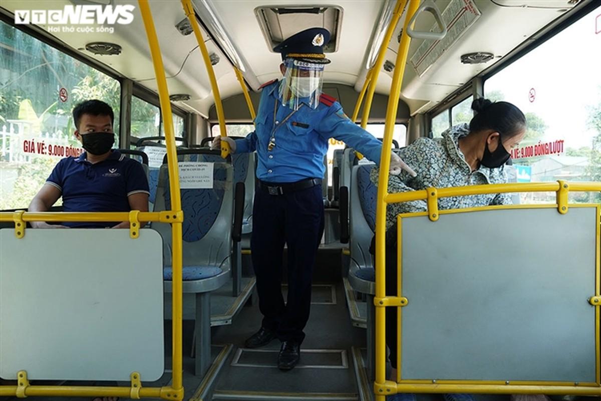 Anh: Ha Noi kiem tra quy dinh phong dich COVID-19 tren cac phuong tien cong cong-Hinh-3