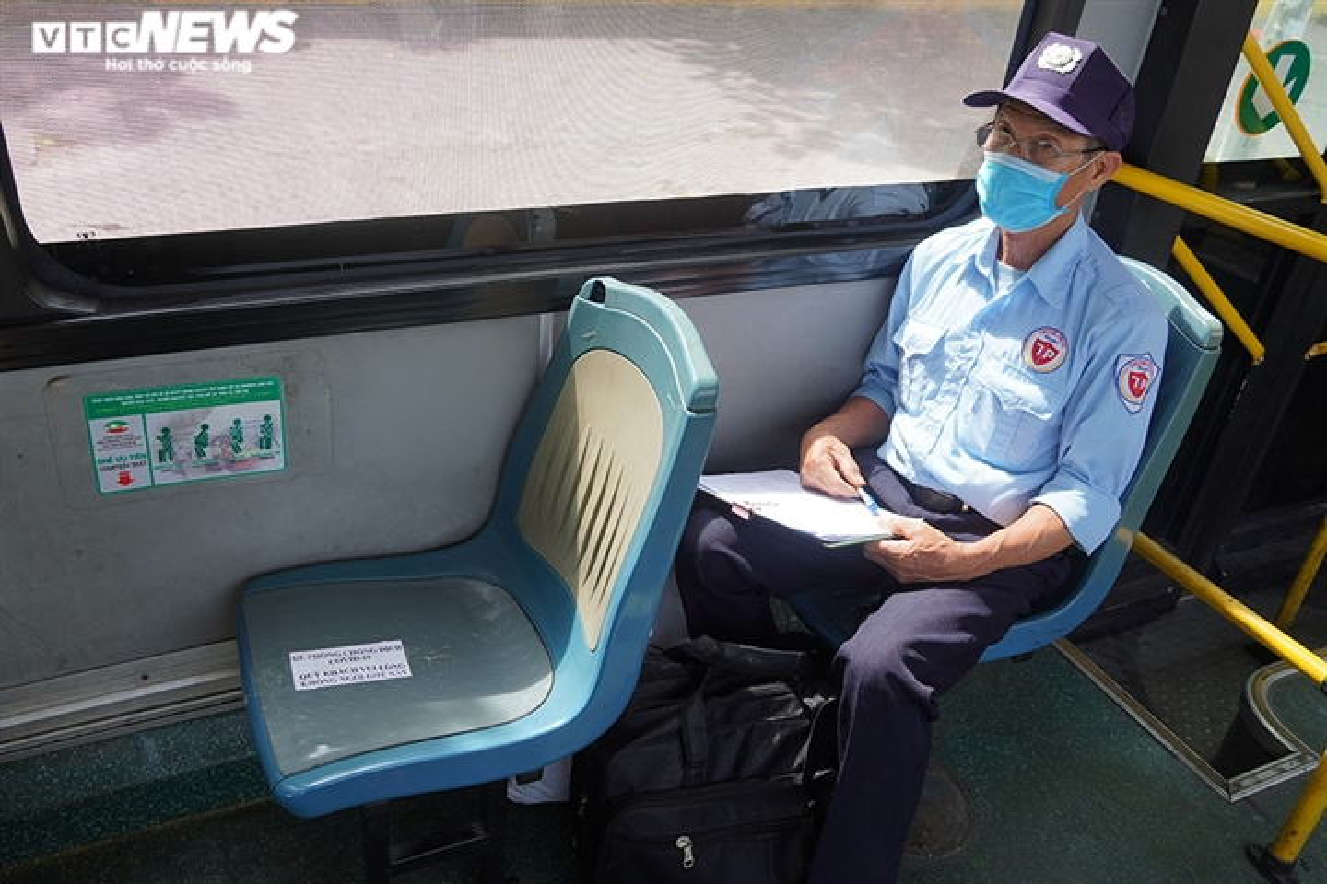 Anh: Ha Noi kiem tra quy dinh phong dich COVID-19 tren cac phuong tien cong cong-Hinh-9