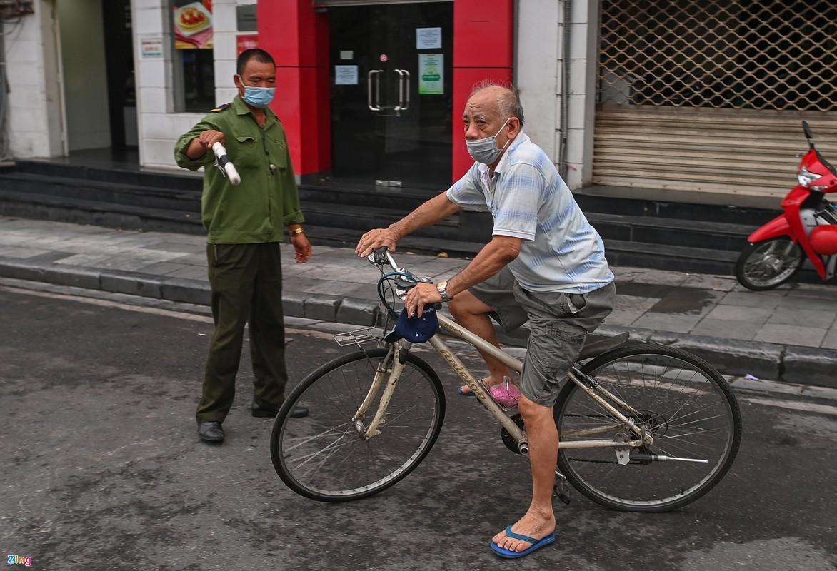 Canh sat lap 6 chot ngan nguoi dan dap xe quanh ho Guom-Hinh-10