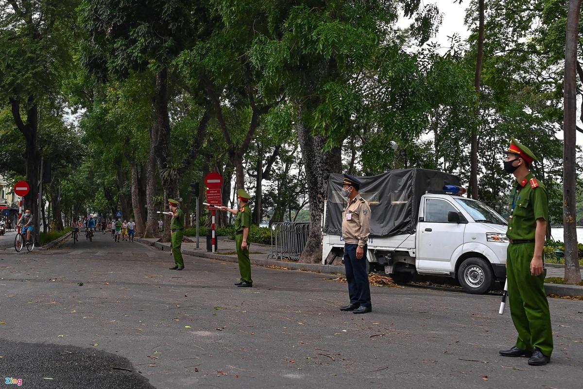 Canh sat lap 6 chot ngan nguoi dan dap xe quanh ho Guom-Hinh-3