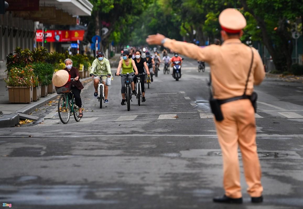 Canh sat lap 6 chot ngan nguoi dan dap xe quanh ho Guom-Hinh-4