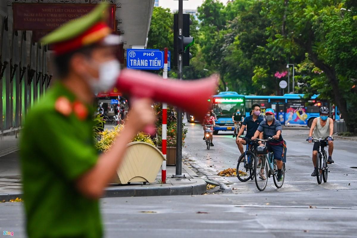 Canh sat lap 6 chot ngan nguoi dan dap xe quanh ho Guom-Hinh-8