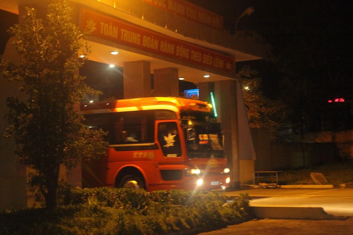 Quang Ninh: Trang dem xet nghiem cho nguoi ve tu Singapore, Han Quoc-Hinh-4