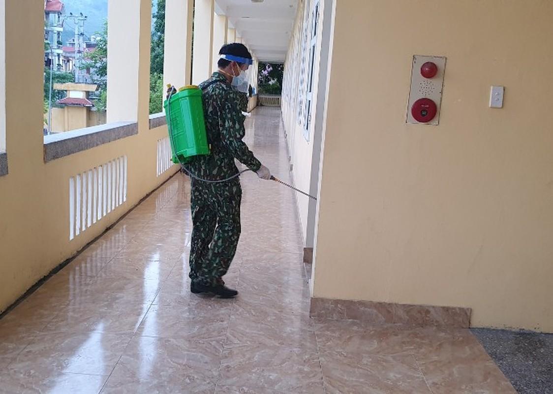 Quang Ninh: Trang dem xet nghiem cho nguoi ve tu Singapore, Han Quoc-Hinh-6