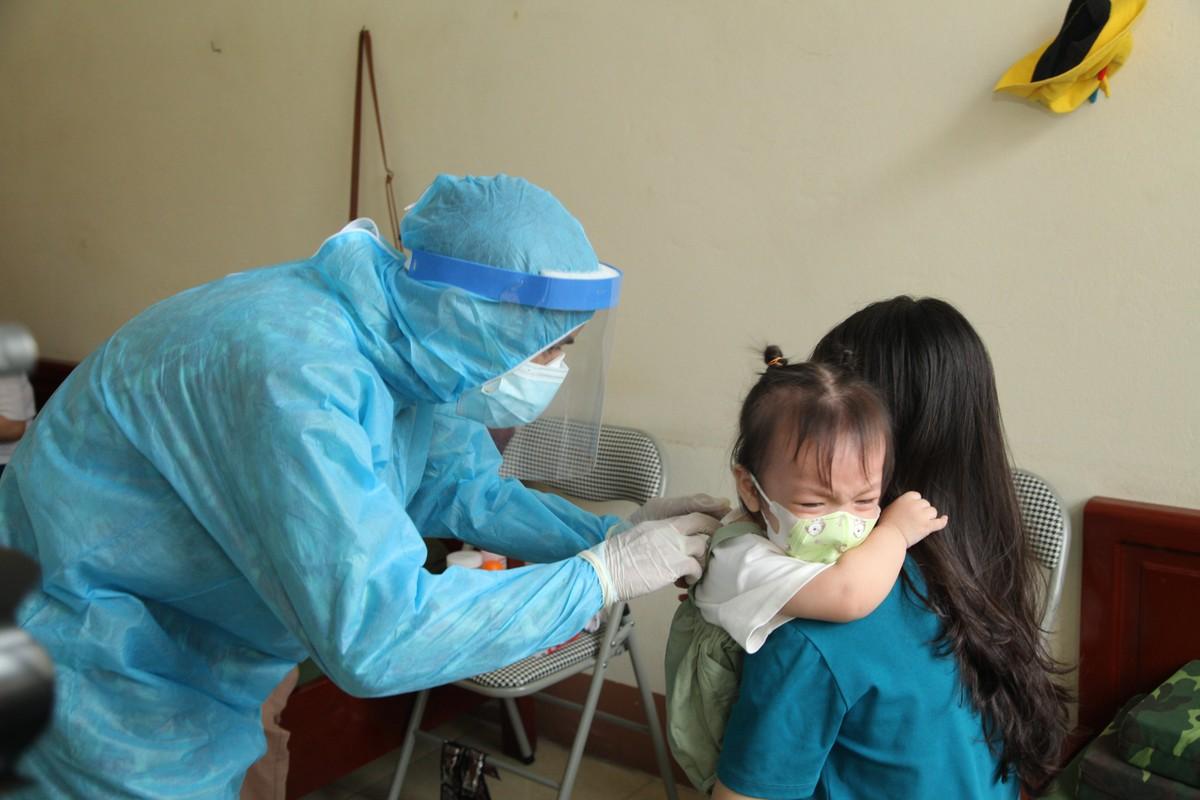 Quang Ninh: Trang dem xet nghiem cho nguoi ve tu Singapore, Han Quoc-Hinh-9