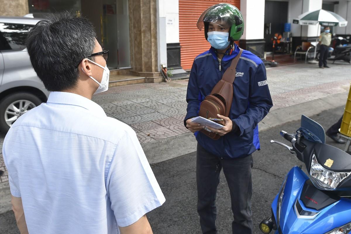 Pho Thu tuong Vu Duc Dam gap go, dong vien shipper, nguoi dan TP.HCM-Hinh-2