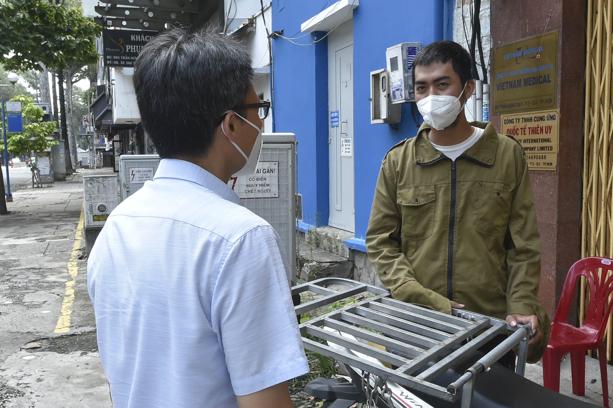 Pho Thu tuong Vu Duc Dam gap go, dong vien shipper, nguoi dan TP.HCM-Hinh-6