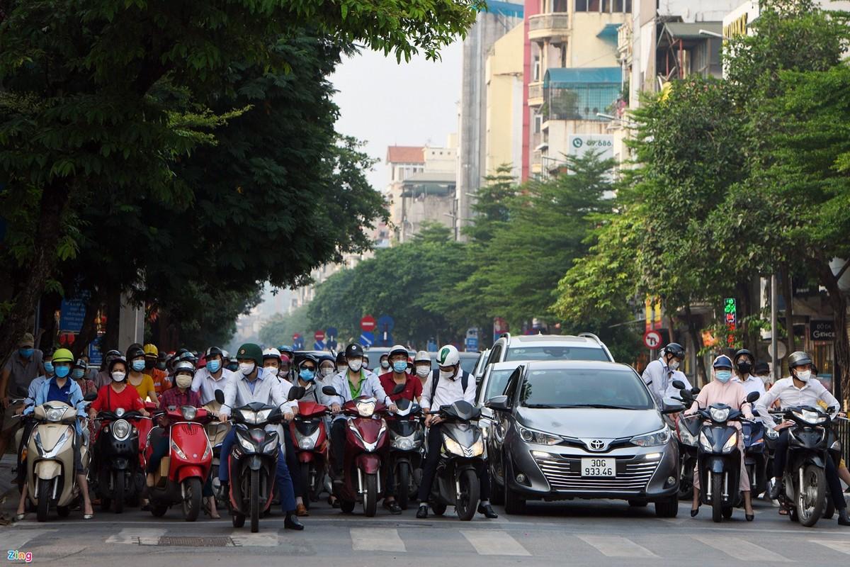 Duong Ha Noi lai dong duc xe co nhu chua he co COVID-19