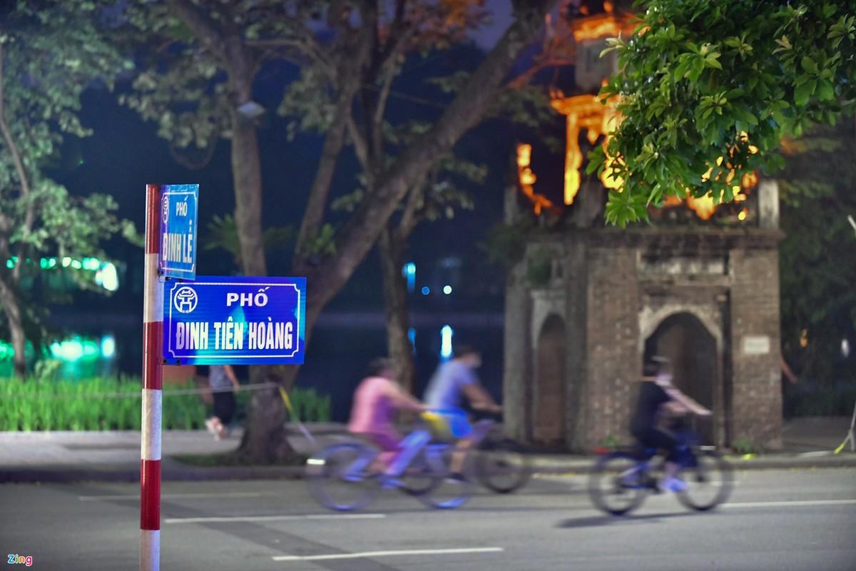 Hang tram nguoi the duc buoi sang o ho Guom-Hinh-2