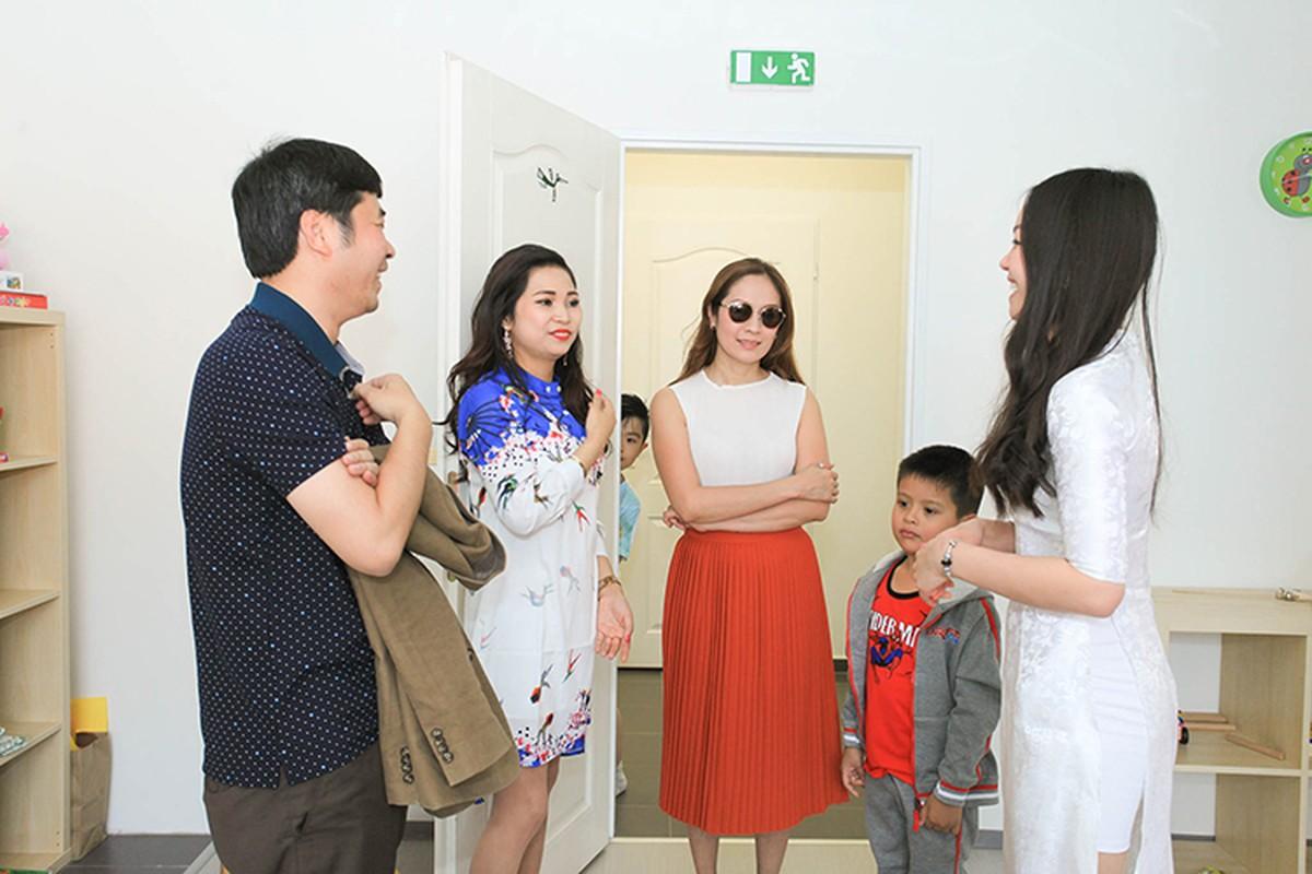 Thanh Thuy hao hung day mua cho tre em tai CH Czech