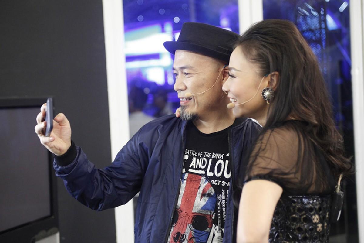 Thu Minh vui ve di cham thi du vang chong thap tung-Hinh-6