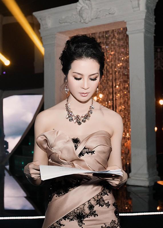 U40 Thanh Mai thay bon trang phuc long lay khi lam MC-Hinh-11