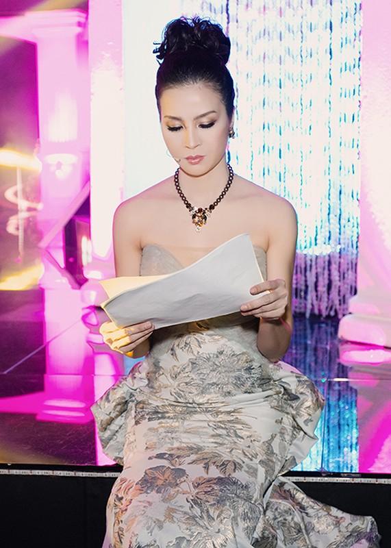 U40 Thanh Mai thay bon trang phuc long lay khi lam MC-Hinh-3