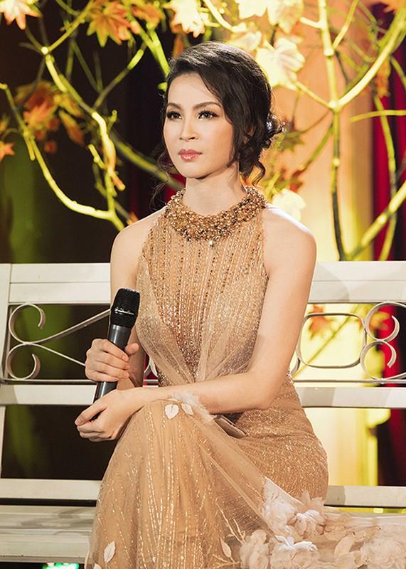 U40 Thanh Mai thay bon trang phuc long lay khi lam MC-Hinh-6
