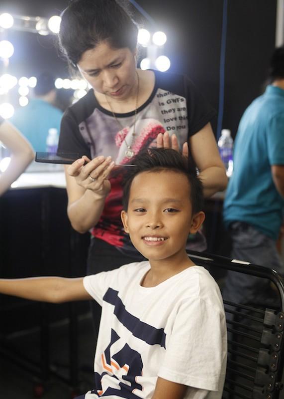 Thu Minh dua gion voi ong xa o hau truong Vietnam Idol-Hinh-6