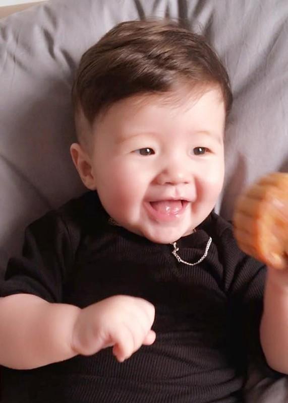 Con trai Elly Tran thich thu gam banh trung thu-Hinh-3