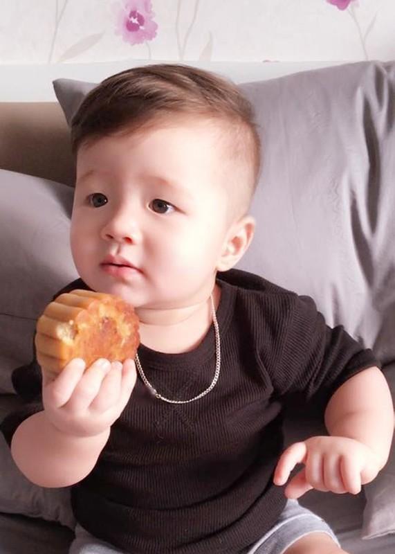 Con trai Elly Tran thich thu gam banh trung thu-Hinh-8