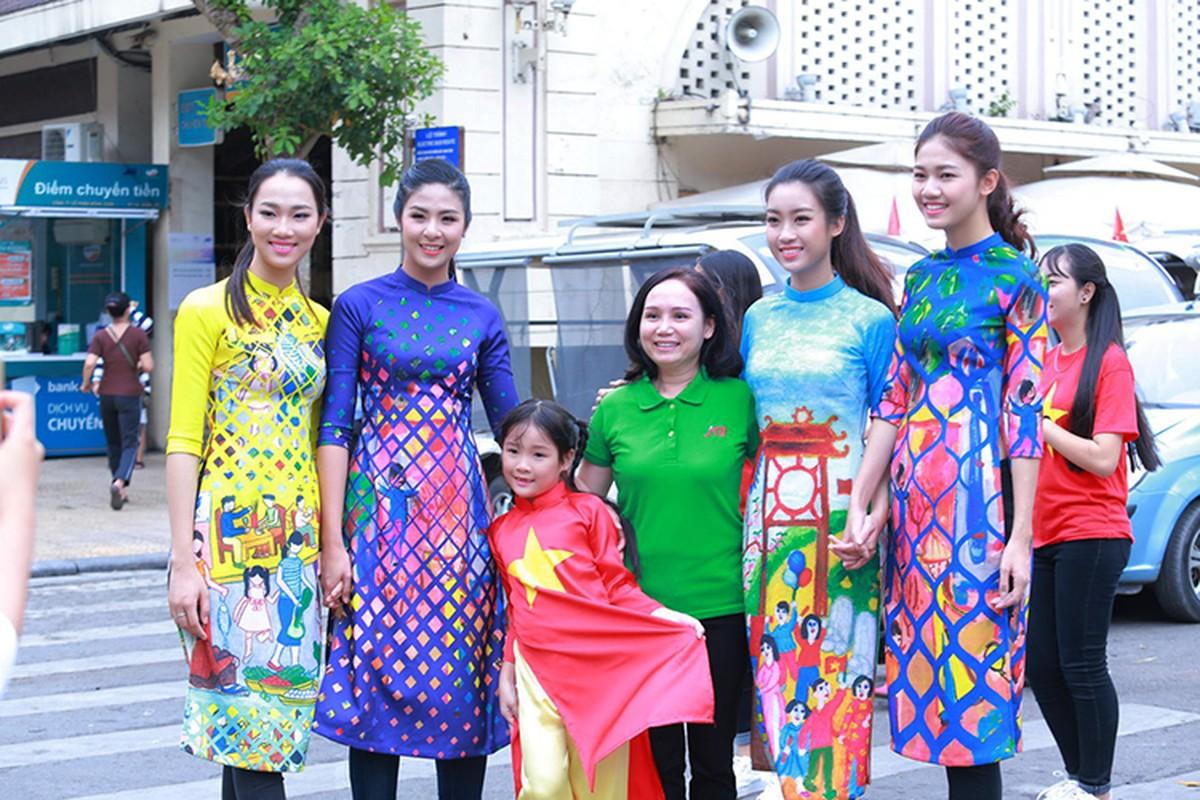 HH Do My Linh dien ao dai nhay flashmob o Ho Guom-Hinh-2